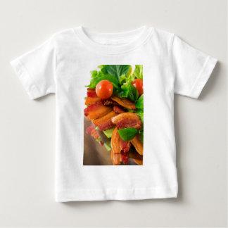 Camiseta Para Bebê Detalhe de uma placa do tomate fritado do bacon e