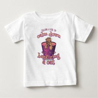 Camiseta Para Bebê Dizer uma menina para acalmar-se para baixo é como