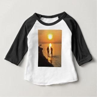 Camiseta Para Bebê Dois amantes no nascer do sol
