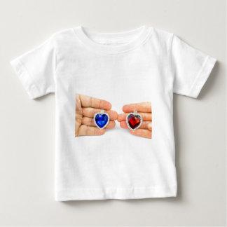 Camiseta Para Bebê Dois corações da jóia na mão do homem e da mulher