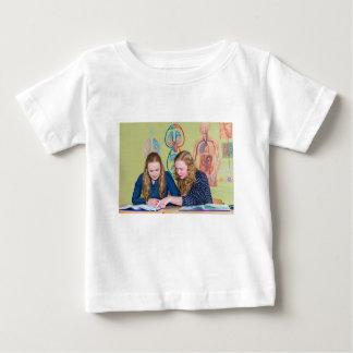 Camiseta Para Bebê Dois estudantes que aprendem com os livros na