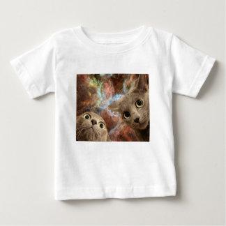 Camiseta Para Bebê Dois gatos cinzentos no espaço antes de uma