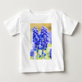 Camiseta Para Bebê Dois jacintos de uva azuis no primavera