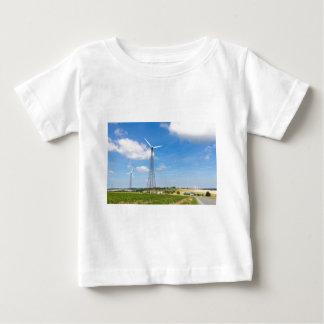 Camiseta Para Bebê Dois moinhos de vento na área rural com céu azul