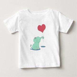 Camiseta Para Bebê Elefante do bebê com um balão vermelho do coração