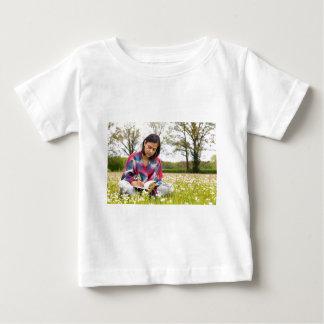 Camiseta Para Bebê Escrita da mulher no prado com flores do primavera