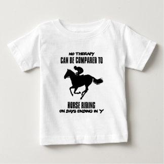 Camiseta Para Bebê esfrie e tendendo o design da equitação