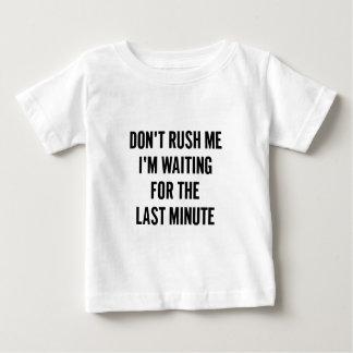 Camiseta Para Bebê Esperando o último minuto