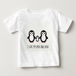 Camiseta Para Bebê Eu amo meus Oma e Opa! Desenho doce do pinguim