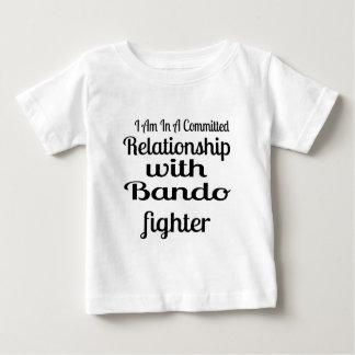 Camiseta Para Bebê Eu estou em uma relação cometida com Bando Fighte
