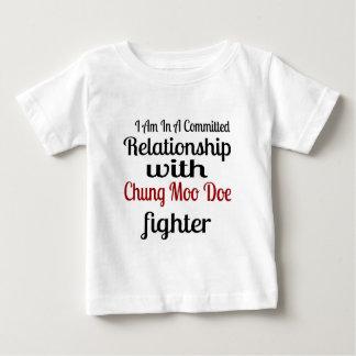 Camiseta Para Bebê Eu estou em uma relação cometida com Chung que o