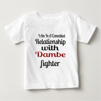 Camiseta Para Bebê Eu estou em uma relação cometida com Dambe Fighte