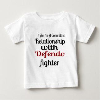 Camiseta Para Bebê Eu estou em uma relação cometida com Defendo Figh