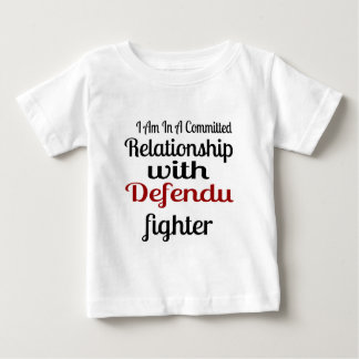 Camiseta Para Bebê Eu estou em uma relação cometida com Defendu Figh