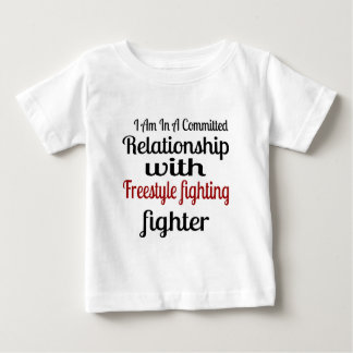 Camiseta Para Bebê Eu estou em uma relação cometida com estilo livre
