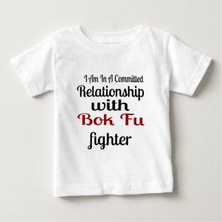 Camiseta Para Bebê Eu estou em uma relação cometida com luta de Bok