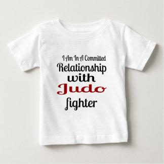 Camiseta Para Bebê Eu estou em uma relação cometida com lutador do