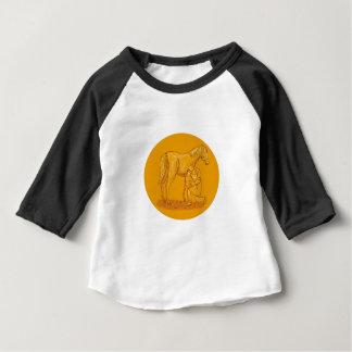 Camiseta Para Bebê Farrier que coloca calçados no desenho do círculo