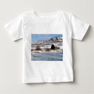 Camiseta Para Bebê Fazenda da montanha no inverno