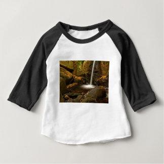 Camiseta Para Bebê Feche acima das quedas da armadilha no outono