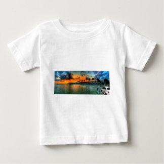 Camiseta Para Bebê Fiat em um cais