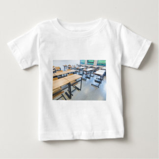 Camiseta Para Bebê Fileiras das mesas e das cadeiras na sala de aula