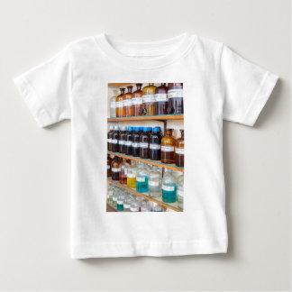 Camiseta Para Bebê Fileiras dos produtos químicos fluidos em umas