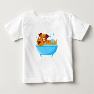 Camiseta Para Bebê Filhote de cachorro que toma um banho de espuma na