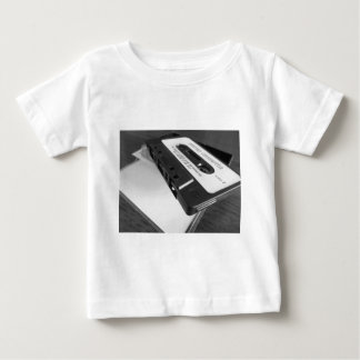 Camiseta Para Bebê Fita da cassete áudio do vintage na mesa de
