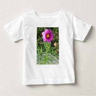 Camiseta Para Bebê Flor cor-de-rosa escura da margarida do cosmos