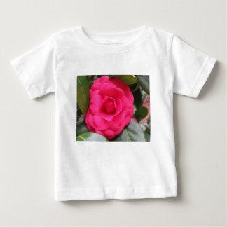 Camiseta Para Bebê Flor vermelha do japonica Rachele Odero da camélia
