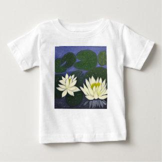 Camiseta Para Bebê Flores brancas de Waterlily em uma lagoa
