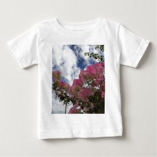 Camiseta Para Bebê flores cor-de-rosa contra um céu azul