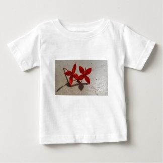 Camiseta Para Bebê Flores vermelhas
