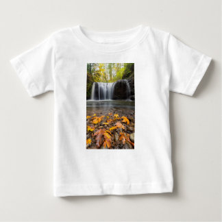 Camiseta Para Bebê Folhas de bordo da queda na cachoeira escondida