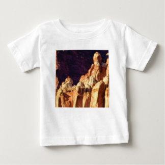 Camiseta Para Bebê formações de rocha vermelhas na pedra