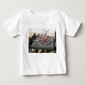 Camiseta Para Bebê Fornalha antiquado do ferreiro. Carvões ardentes
