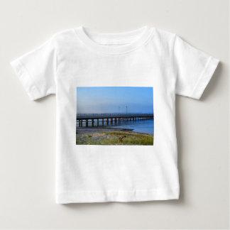 Camiseta Para Bebê Foto do cais no por do sol com âncora