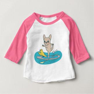 Camiseta Para Bebê Frenchie que faz a ioga no conselho de pá de pé