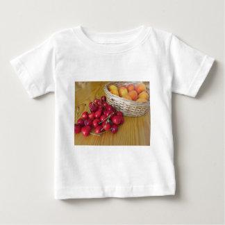 Camiseta Para Bebê Frutas frescas do verão na mesa de madeira leve