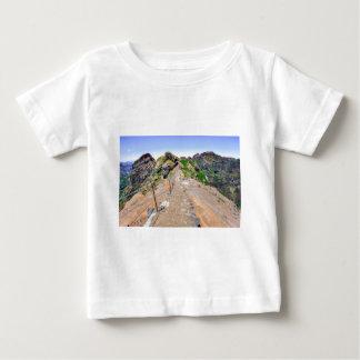 Camiseta Para Bebê Fuga de caminhada acima nas montanhas em Madeira