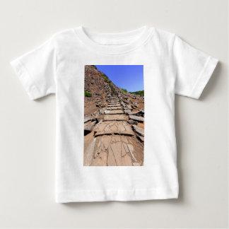 Camiseta Para Bebê Fuga de caminhada que conduz a montanha em Madeira