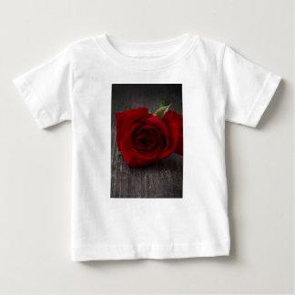 Camiseta Para Bebê fundo da rosa vermelha