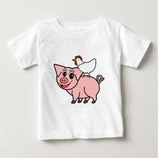 Camiseta Para Bebê Galinha branca que está no porco cor-de-rosa