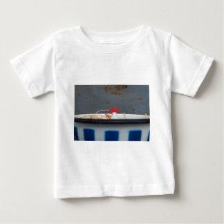 Camiseta Para Bebê Galinha em uma bacia checkered