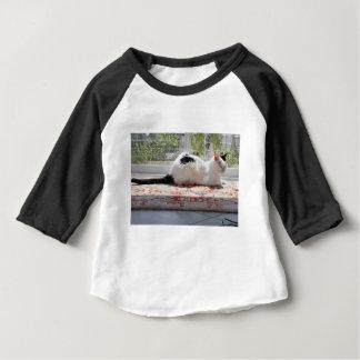 Camiseta Para Bebê Gato do gatinho que relaxa em uma janela