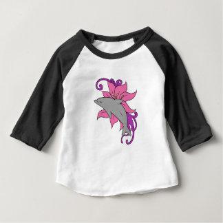 Camiseta Para Bebê Golfinho ao lado de um lírio