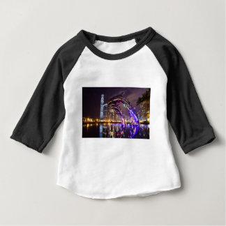 Camiseta Para Bebê Golfinhos na paisagem urbana do fundo