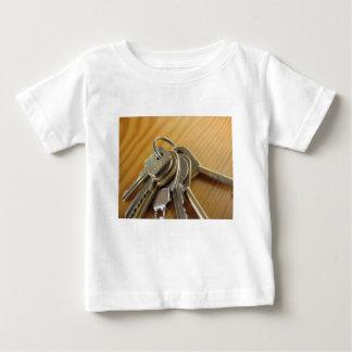Camiseta Para Bebê Grupo de chaves gastas da casa na mesa de madeira