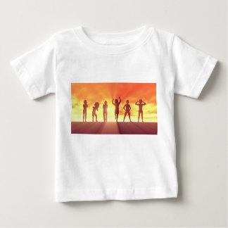 Camiseta Para Bebê Grupo de miúdos que têm o divertimento como um